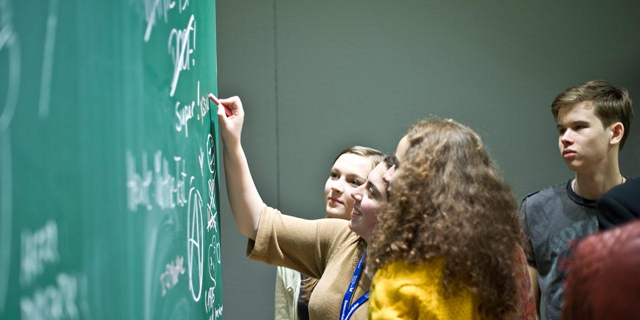 Schüler bei der Workshoparbeit. Foto: SPACE 4