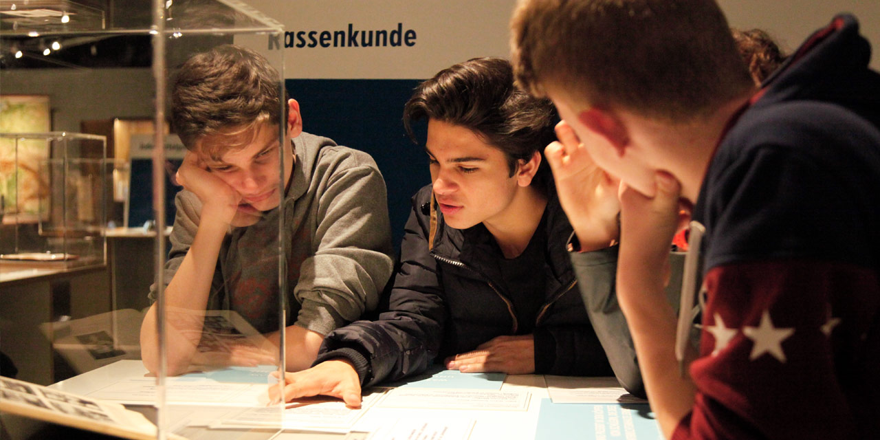 Schüler diskutieren über Schulhefte aus der NS-Zeit. Foto: Giulia Iannicelli, Nürnberg