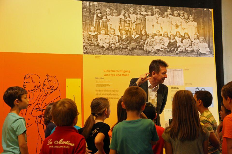 Eine Führung im Schulmuseum. Foto: Georg Pöhlein, Erlangen