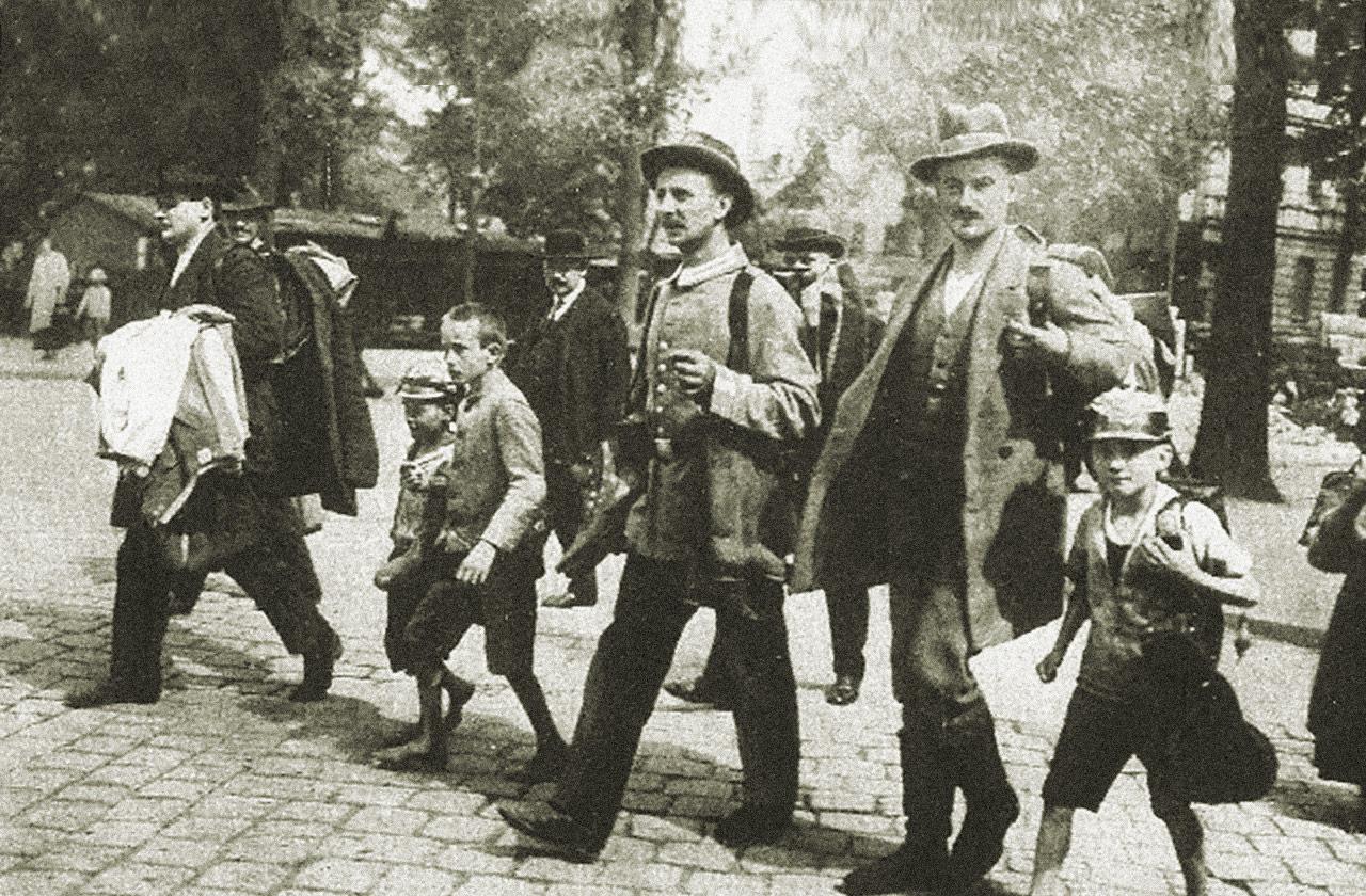 1914: Schüler begleiten ihre Lehrer zur Einberufung. Foto: Schulmuseum Nürnberg